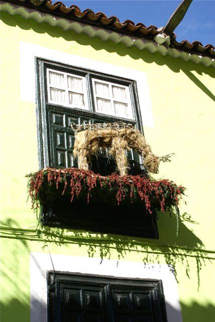 Deter jul og mange har pyntet husene og balkongene sine ganske sirlig.