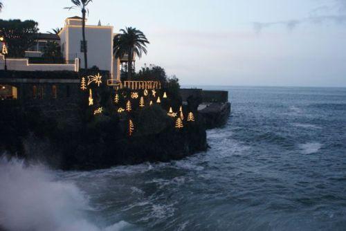 Julepyntet Lys på klippene